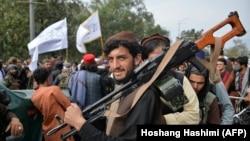Chiến binh Taliban tập họp trên đường phố Kabul ngày 31/8/2021 mừng ngày Mỹ rút khỏi Afghanistan.