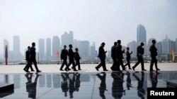 安保人员2018年6月10日在中国山东省青岛市上海合作组织(SCO)峰会会议中心行走。