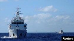 Kapal penjaga pantai China mengejar kapal penjaga pantai Vietnam (tidak digambarkan) setelah mereka datang dalam jarak 10 mil laut dari Haiyang Shiyou 981, yang dikenal di Vietnam sebagai HD-981, anjungan minyak di Laut China Selatan, 15 Juli 2014. (Foto: Reuters)