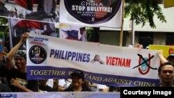 Hàng trăm người Philippines xuống đường phản đối Trung Quốc ở Manila.