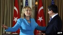 Hilari Klinton na zajedničkoj konferenciji sa šefom turske diplomatije Ahmetom Davutogluom u Istanbulu