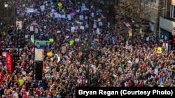 ໃນເມືອງ Raleigh ຂອງລັດ North Carolina, ການເດີນ ຂະບວນປະທ້ວງ ປະຈຳປີ ຂອງ ອົງການ NAACP ລ້ຽວ ເຂົ້າໄປຫາ ການໂຮມຊຸມນຸມ ຂອງກຸ່ມ Planned Parenthood ພ້ອມທັງກຸ່ມອື່ນໆ. (Courtesy Bryan Regan)