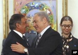 Leon Panetta numa cordial saudação com o primeiro-ministro israelita Benjamin Netanyahu