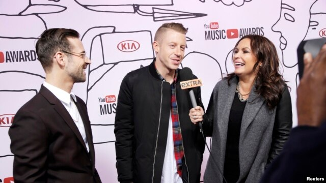 Ryan Lewis (L) and Macklemore are interviewed as they attend the YouTube Music Awards in New York, Nov. 3, 2013.