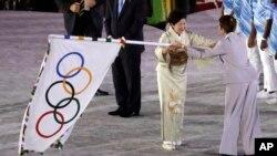 Thống đốc Tokyo, bà Yuriko Koike, nhận cờ đăng cai Olympic 2020.