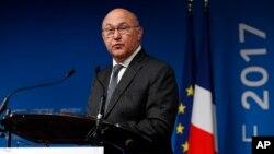 Menteri Keuangan Perancis Michel Sapin berbicara dalam konferensi pers di Paris (foto: dok).