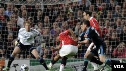 Gelandang MU Anderson, tengah, menaklukan kiper Schalke 04 Manuel Neuer dan mencetak gol dalam semifinal leg kedua Liga Champions di Old Trafford hari Rabu (4/5).