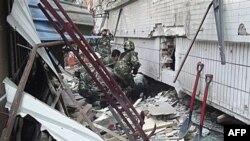 Nhân viên cứu hộ Trung Quốc tìm kiếm các nạn nhân sau trận động đất mạnh 5,4 độ richter, ngày 10/3/2011