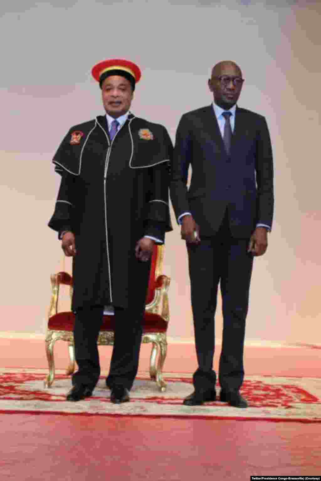 Président Denis Sassou N'Guesso na milulu ya bopesi palata ya Docteur Honoris Causa ya Université Marien Ngouabi, na PAlais ya Congrès, Brazzaville, 12 novembre 2020. (Twitter/Pr♪0sidence Congo-Brazzaville)