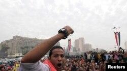 Mahasiswa dan pendukung Ikhwanul Muslimin menduduki Lapangan Tahrir di Kairo, 1 Dec., 2013.