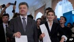 乌克兰总统候选人波罗申科和夫人5月25日在基辅一投票站投票