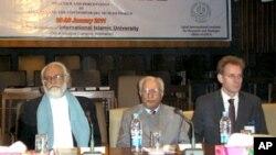 کانفرنس میں شریک وفاقی وزیر تعلیم سردار آصف احمد علی (بائیں جانب)