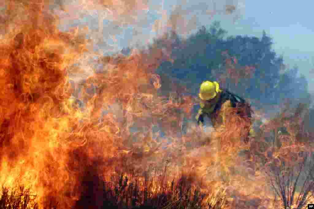 Un bombero en plena lucha contra las llamas en Cabazón, California.