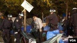 Un equipo de policías forzaron a cientos de manifestantes a evacuar el parque Zuccotti de Nueva York.