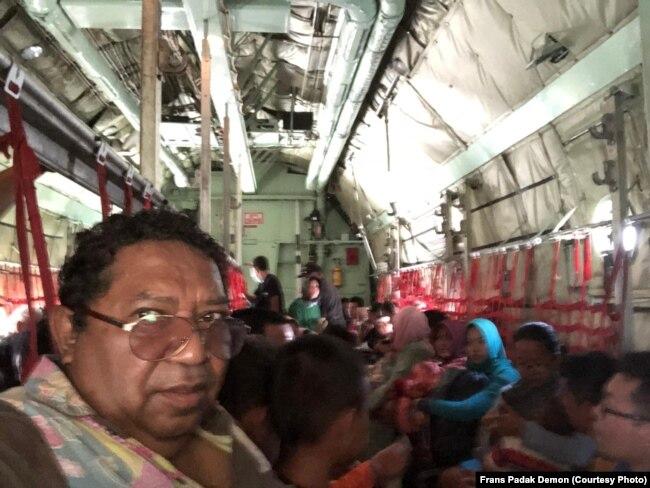Mantan Direktur VOA Frans Padak Demon Minggu sore (30/9) ikut dievakusi ke Jakarta dengan pesawat Hercules TNI. Ia terpaksa berdiri selama lebih dari lima jam penerbangan Palu-Jakarta karena keterbatasan kursi.