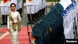 Cố vấn Nhà nước Myanmar Aung San Suu Kyi duyệt đội danh dự tại Phủ Chủ tịch ở Hà Nội trong chuyến thăm Việt Nam tháng 4/2019. Bộ Ngoại giao ở Hà Nội nói Việt Nam đang theo dõi tình hình ở Myanmar sau khi quân đội bắt giữ bà Suu Kyi và lên nắm quyền.