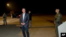 Menteri Pertahanan AS Ash Carter sebelum menaiki pesawatnya menuju Tel Aviv, Israel, Minggu pagi, 19 Juli 2015 di pangkalan udara militer Andrews, Maryland.