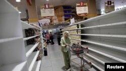 Archivo. Los estates de los supermercados en Venezuela se ven vacíos. 25 de julio de 2017.