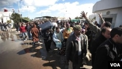 """La crisis en Libia comienza a producir el fenómeno de los desplazados, cuando miles inician un verdadero """"éxodo"""", abandona el país."""