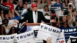 El favorito para la nominación presidencial republicana Donald Trump se prepara para las próximas elecciones primarias el martes.