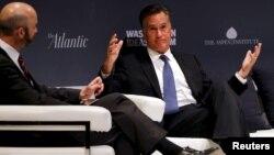 Mitt Romney (derecha) lidera el movimiento en contra de Trump.