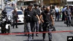 Polisi Israel mengamankan TKP dimana kendaraan yang dikemudikan oleh seorang penembak Palestina dicegat polisi dan pelaku dtembak mati di Yerusalem (9/10). Yerusalem, Israel. (foto: AP Photo/Mahmoud Illean).