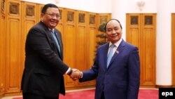 Thủ tướng mới của Việt Nam Nguyễn Xuân Phúc tiếp Bộ trưởng Ngoại giao Philippines Jose Almendras tại Văn phòng Chính phủ ở Hà Nội, ngày 11/4/2016.