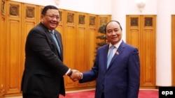 지난 11일 응우옌 쑤언 푹 베트남 신임 총리(오른쪽)가 하노이를 방문한 호세 레네 알멘드라스 필리핀 외무장관과 만나 악수하고 있다. (자료사진)