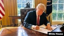 El presidente de EE.UU., Donald Trump, firmó una nueva orden ejecutiva que restringe el ingreso al país temporalmente de personas de seis naciones de mayoría musulmana, con más excepciones para viajeros que la anterior orden ejecutiva que fue suspendida por cortes federales.