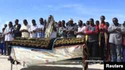 Muslims pray for the slain body of Somali journalist Mohamed Ibrahim Rageh in Madina district, southern Mogadishu, April 22, 2013.