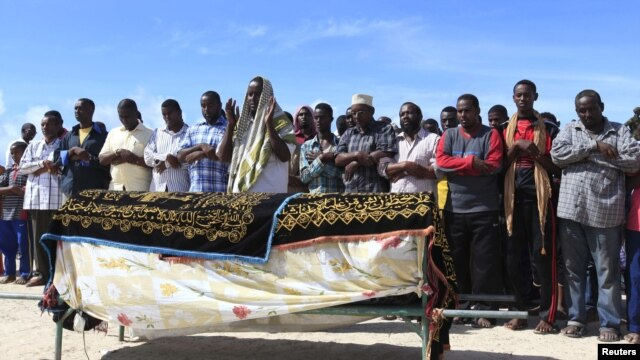 Muslims pray for the slain body of Somali journalist Mohamed Ibrahim Rageh in Madina district, southern Mogadishu, April 22, 2013.
