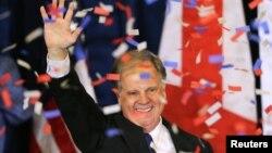지난 12일 미국 앨라배마주 상원의원 선거에 승리한 민주당의 더그 존스 후보가 당선 축하 파티에서 지지자들을 향해 손을 흔들고 있다.