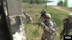 美國波蘭練兵,一路拼殺,進入一座廢樓。(視頻截圖)