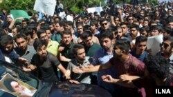 تجمع مخالفان و موافقان حضور هاشمی در دانشگاه امیرکبیر مقابل خودروی او