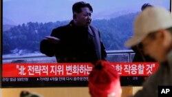 Телезрители смотрят запись выступления северокорейского лидера Ким Чен Ына о проведении важного испытания. Сеул, Южная Корея. 8 декабря 2019 г.