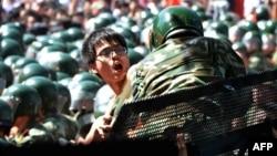 一名反日示威的男子試圖在日本駐北京的大使館外,衝破警方的警戒線
