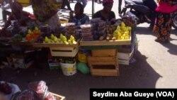 Fatou Diallo, une dame d'une soixantaine d'années, est vendeuse de fruits saisonniers, à Dakar, le 5 mars 2019. (VOA/Seydina Aba Gueye)