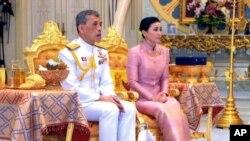 1일 결혼한 마하 와치랄롱꼰 태국 국왕과 수티다 와찌랄롱꼰 나 아유타야 왕비이 나라히 앉아 있다.