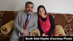 Sarah Said Haydar, 16 tuổi, với cha cô trước khi bị Nhà nước Hồi giáo bắt đi vào cuối tháng 8 năm 2014.