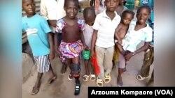 Adiaratou et sa nouvelle jambe en compagnie de ses amis du quartier