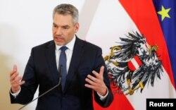 Menteri Dalam Negeri Karl Nehammer berpidato di depan media di Wina, Austria, 13 Maret 2020. (Foto: REUTERS/Leonhard Foeger)
