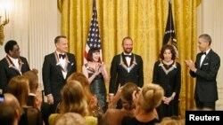 Obama, derecha aplaude a los homenajeados al final de la recepción en la Casa Blanca previa a la gala en el Kennedy Center.