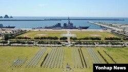 2일 한국 해군 작전사령부 부산기지에서 열린 환태평양훈련(림팩) 전대 출항 환송식에서 장병들이 해군작전사령관에게 경례를 하고 있다.