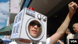 視覺藝術家黃國才製作的「洗腦機頭盔」,諷刺當局的國民教育是黨民教育