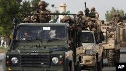 16일 파키스탄 군이 북와지리스탄 지역의 탈레반을 공격해 27명을 사살했다고 밝혔다. 작전에 참가한 군인들이 카라치에서 군용차량을 타고 이동 중이다.