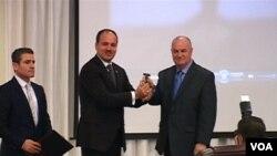 Albanian President Bujar Nishani presents VOA journalist Ilir Ikonomi with Lifetime Achievement Award.