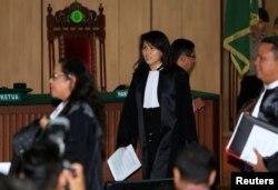 Fifi Lety Indra (tengah), pengacara mantan Gubernur DKI Jakarta Basuki Tjahaja Purnama memasuki ruang sidang di Pengadilan Jakarta Utara, 26 Februari 2018.