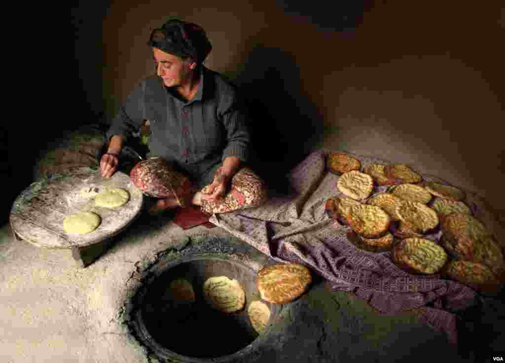 تهیه نان محلی در روستای نوده رودبار گیلان عکس: مصطفی نوده (ارسالی شما)