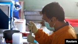 Petugas kesehatan memeriksa sampel darah (foto: ilustrasi). Italia mengumumkan 3 kasus penyakit mirip SARS yang menimpa warganya.