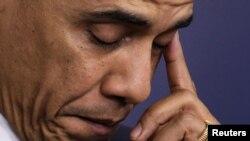 ປະທານາທິບໍດີ ສະຫະລັດ ທ່ານ Barack Obama ເສັດນໍ້າຕາ ຂະນະທີ່ທ່ານຖະແຫລງ ກ່ຽວກັບການຍິງກັນ ທີ່ໂຮງຮຽນປະຖົມ Sandy Hook ໃນເມືອງ Newtown ລັດ Connecticut.